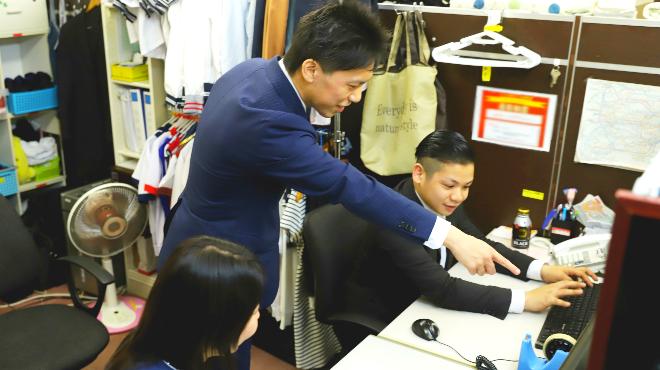スーツを着た風俗の女性スタッフたち