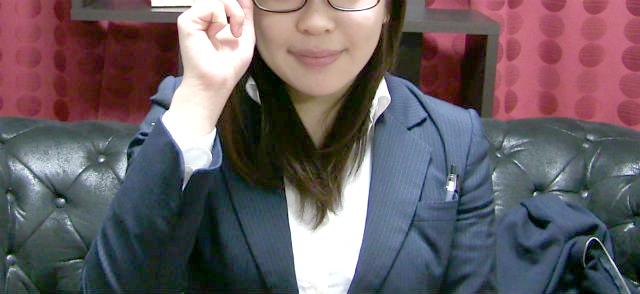 メガネをかけた女性スタッフ